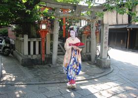 舞妓さんと歩く祇園